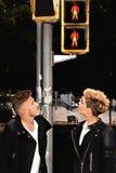 Jeunes couples à la mode regardant le feu de signalisation Image libre de droits