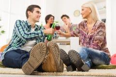 Jeunes couples à la partie de Chambre Image stock