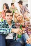 Jeunes couples à la partie de Chambre Images stock