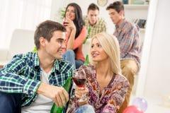 Jeunes couples à la partie de Chambre Photographie stock