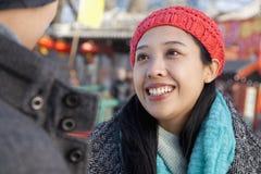 Jeunes couples à la patinoire, sourire de jeune femme Photo libre de droits