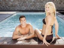 Jeunes couples à la piscine Images stock