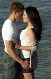 Jeunes couples à la plage Photographie stock libre de droits