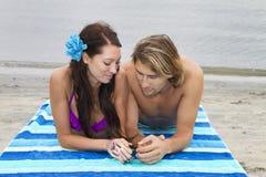 Jeunes couples à la plage Photo stock