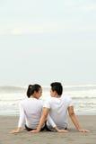 Jeunes couples à la plage Image libre de droits