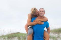 Jeunes couples à la plage Images libres de droits