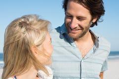 Jeunes couples à la plage Photos stock