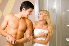 Jeunes couples à la salle de bains photographie stock libre de droits