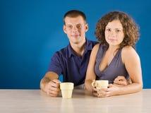 Jeunes couples à la table photo libre de droits
