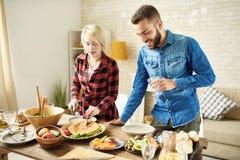 Jeunes couples à la table de dîner Images libres de droits