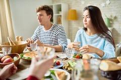 Jeunes couples à la table de dîner Photographie stock