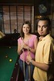 Jeunes couples à la table de regroupement. photos stock