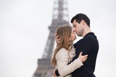 Jeunes couples à Paris Image libre de droits