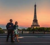 Jeunes couples à Paris Photo libre de droits