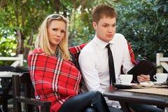 Jeunes couples à un café de trottoir Photos stock