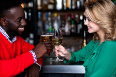 Jeunes couples à une barre célébrant l'amour Image libre de droits