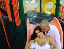 Jeunes couples à une cour de jeu. Photo libre de droits