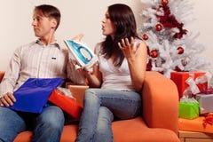 Jeunes couples échangeant des cadeaux de Noël Images stock