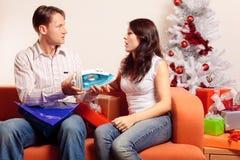 Jeunes couples échangeant des cadeaux de Noël Image libre de droits