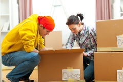 Jeunes couples éclatant dans la nouvelle maison Image stock