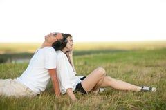 Jeunes couples écoutant la musique Photo stock
