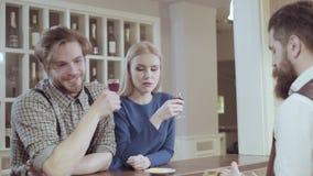 Jeunes couples élégants attrayants buvant un cocktail au restaurant Couples affectueux beaux flirtant dans un café Amour banque de vidéos
