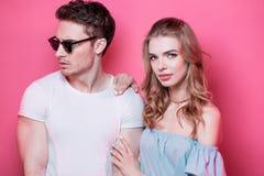 Jeunes couples élégants dans l'amour posant ensemble Photographie stock