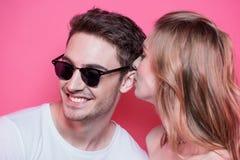Jeunes couples élégants dans l'amour posant ensemble Photo stock