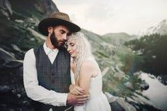 Jeunes couples élégants de mariage posant dans le beau moun de Matterhorn photographie stock
