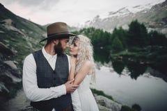Jeunes couples élégants de mariage posant dans le beau moun de Matterhorn image stock