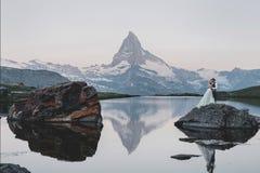 Jeunes couples élégants de mariage posant dans le beau moun de Matterhorn photographie stock libre de droits