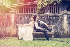 Jeunes couples élégants de mode de l'Asie posant sur la nature Photos stock