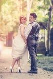 Jeunes couples élégants de mode de l'Asie posant sur la nature Photos libres de droits
