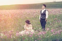 Jeunes couples élégants de mode de l'Asie posant sur la nature Images libres de droits