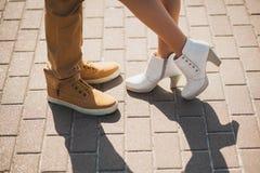 Jeunes couples élégants de mode posant dans la rue de ville Photos libres de droits