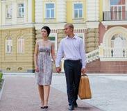Jeunes couples élégants des vacances image libre de droits