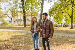 Jeunes couples élégants en parc de ville images stock