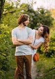 Jeunes couples élégants Photo de film Aspect et vêtements pour une séance photos d'une histoire d'amour La fille étreint le type photos libres de droits