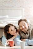 Jeunes couples énergiques exprimant l'amour à la maison Image stock