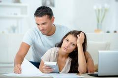 Jeunes couples établissant leurs finances photo stock