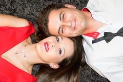Jeunes couples étant mensonge heureux sur la maison de maison de plancher photos libres de droits