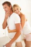 Jeunes couples étant prêts dans la salle de bains Image libre de droits