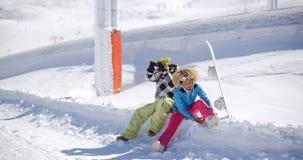 Jeunes couples étant prêts pour aller faire du surf des neiges Image stock