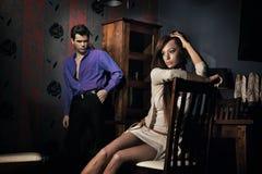 Jeunes couples étonnants dans la chambre gentille photographie stock