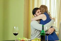 Jeunes couples étreignant, dîner Image libre de droits