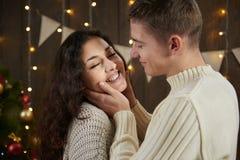 Jeunes couples étreignant dans l'intérieur en bois foncé avec des lumières Soirée et concept romantiques d'amour Vacances d'an ne Photo stock