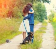 Jeunes couples étreignant dans la forêt Images libres de droits