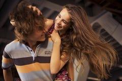 Jeunes couples étreignant dans la lumière du jour d'été sur un construc de pont Image libre de droits