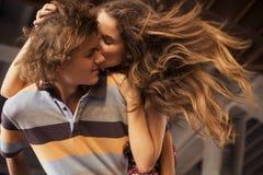Jeunes couples étreignant dans la lumière du jour d'été sur un construc de pont Photos stock