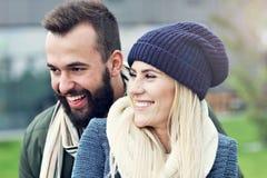 Jeunes couples étreignant dans la ville Images libres de droits